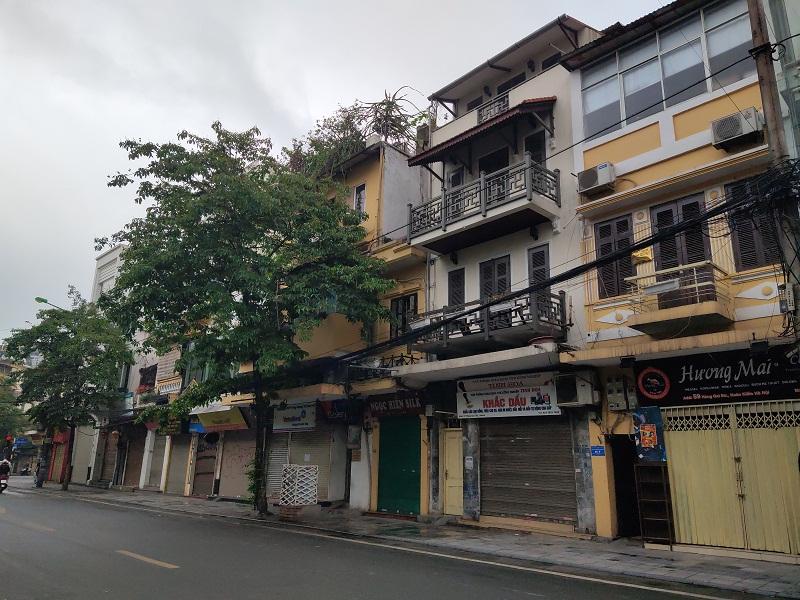 Thực hiện cách ly xã hội trên tuyến phố  Hàng Bông- Hàng Gai  các cửa hàng đều đóng tạm dừng kinh doanh không còn cảnh mua bán tấp nập, sầm uất