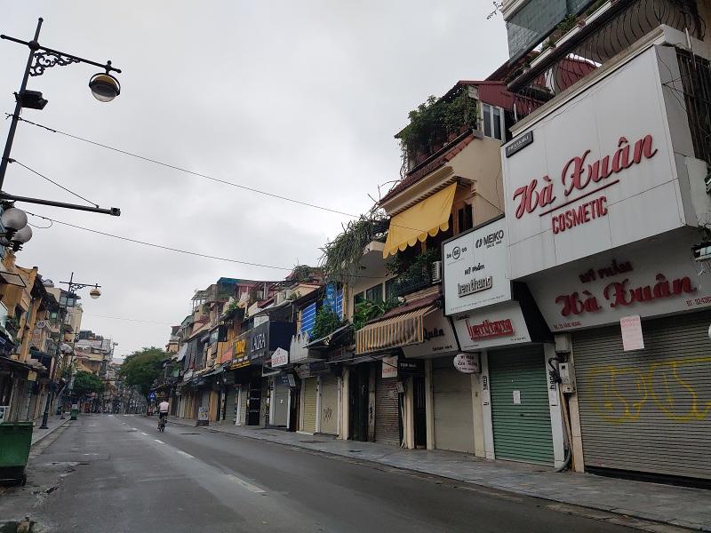 Trên trục đường hàng Ngang- Hàng Đào quanh năm buôn bán sầm uất nhưng đến nay các cửa hàng thực hiện nghiêm túc Chỉ thị 16. Tất cả các cửa hàng từ hàng quần áo thời trang cho đến quán cà phê đều đóng cửa