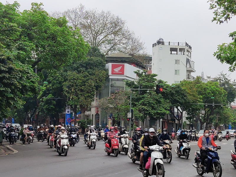 Ngã tư Điện Biên Phủ - Trần Phú là nút giao thông lớn của thành phố vẫn khá đông người dân đi lại