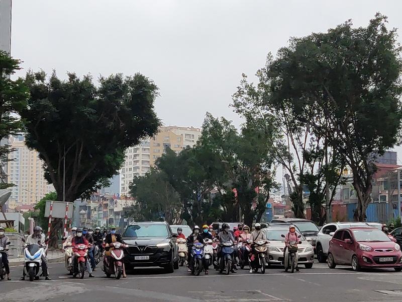 Hình ảnh người dân tham gia giao thông trên tuyến phố Ngã Tư Kim Mã- Đào Tấn vẫn còn khá đông.