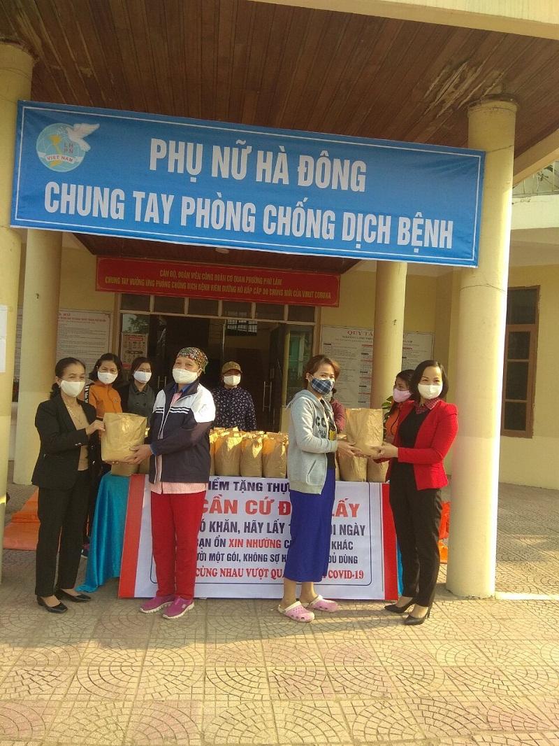 Chị Lại Hà Phương( người mặc áo khoác đỏ) tặng quà cho các gia đình hội viên