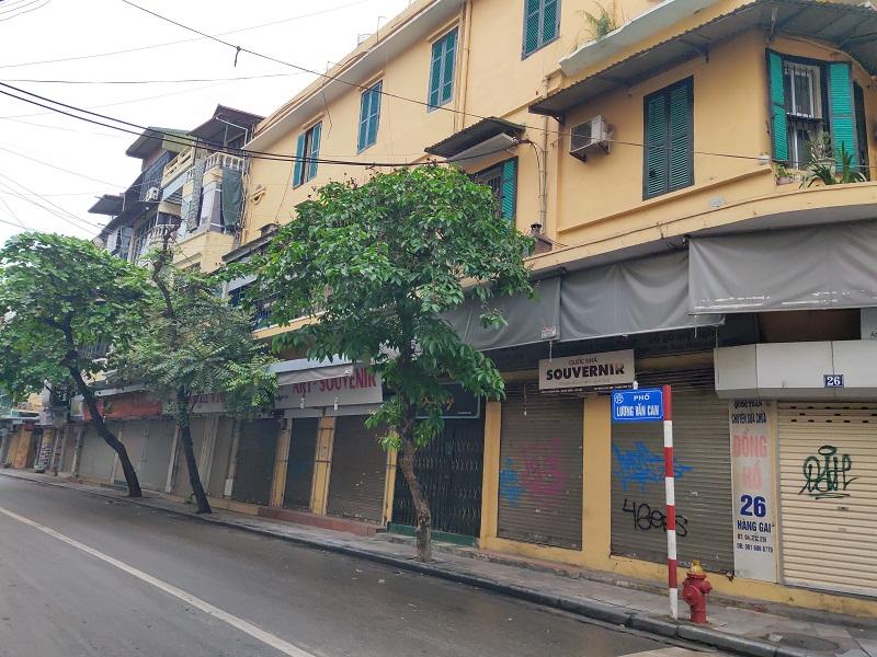Tuyến phố Lương Văn Can khu vực nổi tiếng bán đồ chơi thiếu nhi sầm uất hiện nay các cửa hàng đều đóng cửa  thực hiện cách ly xã hội