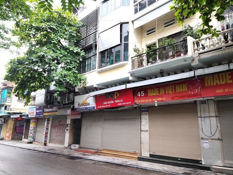 1 góc phố Lương Văn Can các cửa hàng đều đóng cửa
