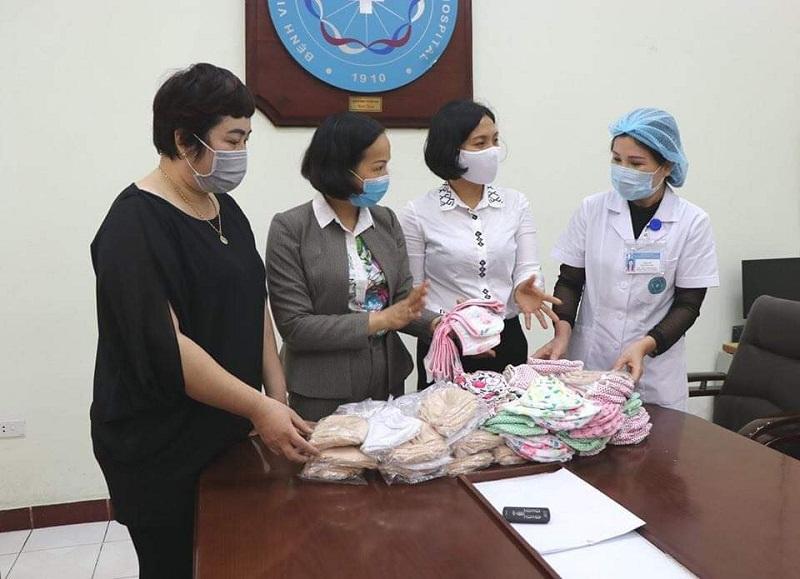 Hội đã vận động chị em phụ nữ biết nghề may và các cơ sở may trên địa bàn Quận tham gia may khẩu trang vải tặng cho phụ nữ hộ cận nghèo, có hoàn cảnh khó khăn và yếu thế trên địa bàn và các bệnh viện, nơi công cộng