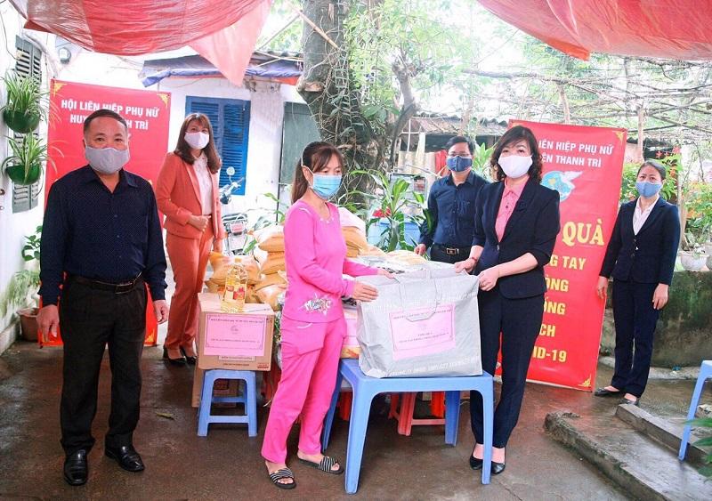 Đồng chí Trần Thị Vân - (người đầu tiên bên phải)-  Chủ tịch Hội Liên hiệp Phụ nữ huyện (người đầu tiên bên phải) tặng quà người bệnh tại xóm chạy thận xã Ngọc Hồi
