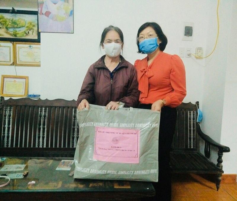 38 hội viên phụ nữ nghèo, phụ nữ có hoàn cảnh khó khăn do ảnh hưởng của dịch Covid - 19 trên địa bàn huyện Thanh Trì (mỗi suất quà gồm 10 kg gạo; 01 kg miến; 02 lít dầu ăn; 20 khẩu trang).