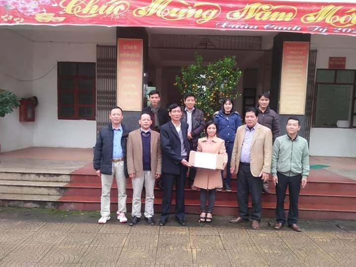 Chị Đặng Thị Liễu ( người đứng giữa), trao tặng nhu yếu phẩm cho xã Thuần Mỹ, huyện Ba Vì, TP Hà Nội