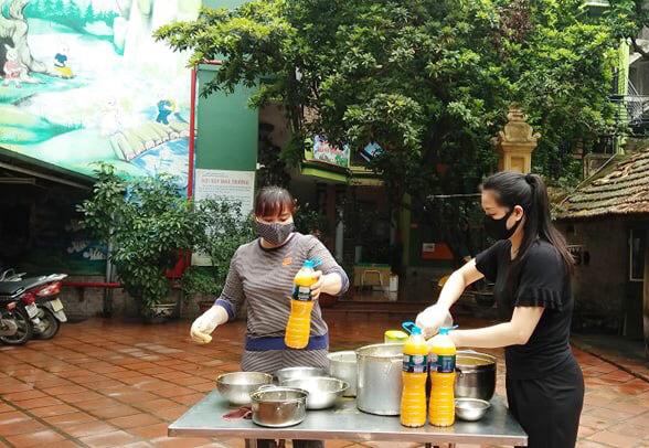Các cô giáo tham gia chế biến nước cốt chanh leo