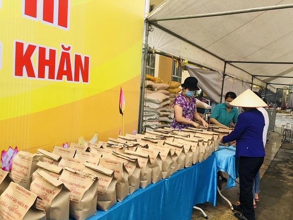 Các túi gạo được đóng thành từng túi 3kg để phát cho người dân