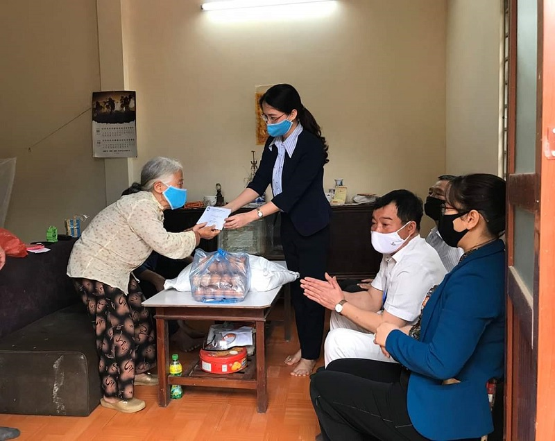 Hội LHPN huyện đã tham gia Đoàn công tác trao tặng quà từ nguồn vận động phòng, chống dịch Covid-19 của huyện cho 59 hộ cận nghèo tại xã Đặng Xá, Cổ Bi, Thị trấn Trâu Quỳ