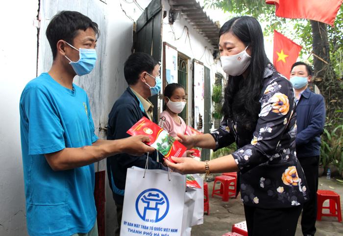 Chủ tịch Ủy ban Mặt trận Tổ quốc Việt Nam Thành phố Nguyễn Lan Hương tặng quà các bệnh nhân tại xóm chạy thận Ngọc Hồi