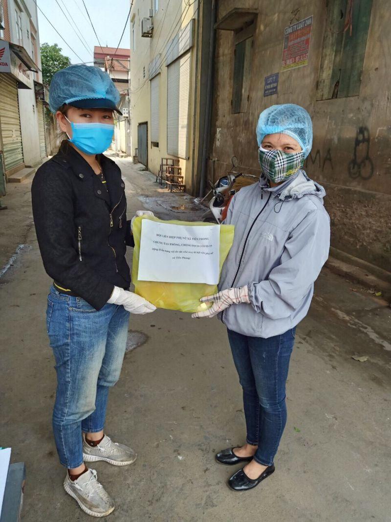 Hội viên LHPN xã Tiền Phong tự làm 1000 chiếc khẩu trang vải ủng hộ các chốt  tuyên truyền phòng chống dịch Covid - 19 trên địa bàn.