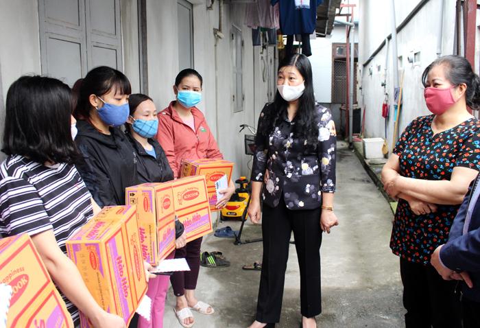 Chủ tịch Ủy ban Mặt trận Tổ quốc Việt Nam Thành phố Nguyễn Lan Hương tặng quà công nhân lao động có hoàn cảnh khó khăn