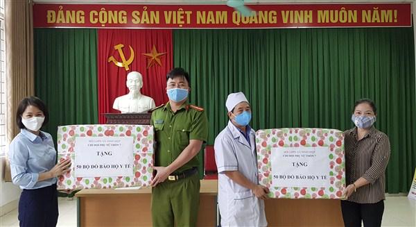 Hội LHPN xã Ninh Hiệp ủng hộ quần áo, vật dụng y tế cho lực lượng tuyến đầu chống dịch