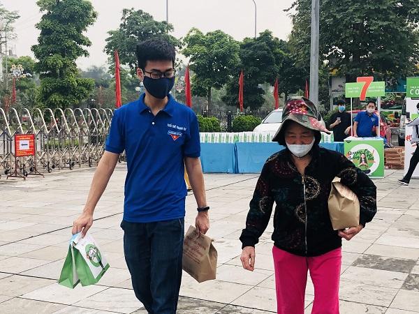 Người dân nghèo vui mừng khi nhận được những túi gạo