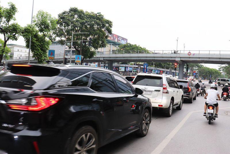 Dòng phương tiện  đông đúc tiến gần đèn tín hiệu giao thông tại nút giao Huỳnh Thúc Kháng - Láng Hạ.