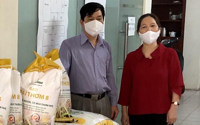Chị Trần Thị Hạnh- Nguyên Chủ tịch Công đoàn cơ quan Trung ương Hội Việt Nam vừa ủng hộ 500 kg gạo cho UBND Phường Thượng Đình, quận Thanh Xuân
