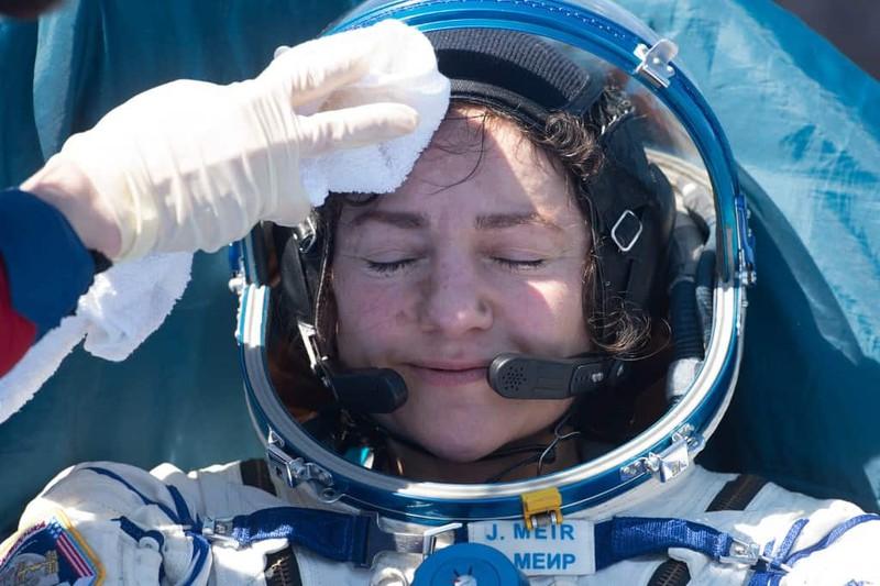 Phi hành gia  Jessica Meir được chăm sóc sau khi hạ cánh. Ảnh: AFP