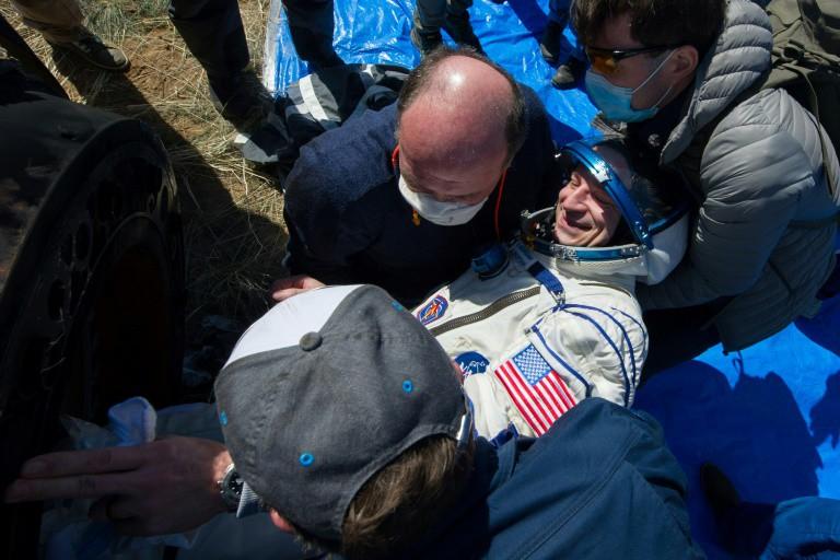 Phi hành gia Andrew Morgan được đưa ra khỏi tàu vũ trụ. Ảnh: AFP