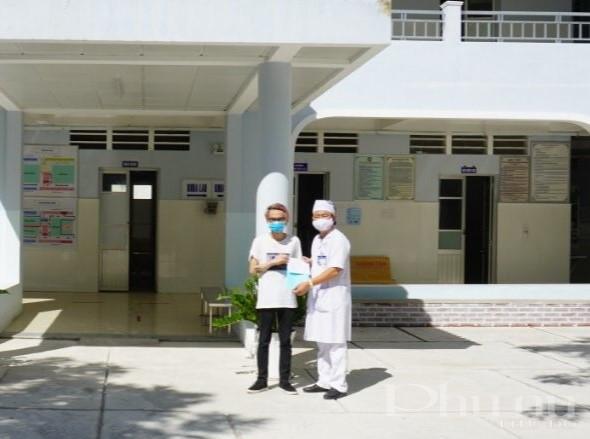 Bác sĩ BV Bạc Liêu trao chứng nhận công bố khỏi bệnh cho bệnh nhân.