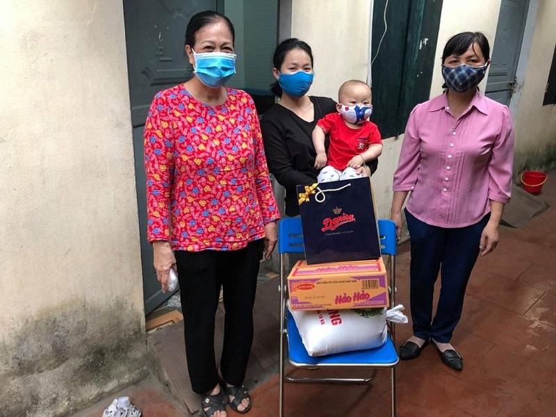 Hội Phụ nữ thăm tặng quà cho các nữ lao động nhập cư