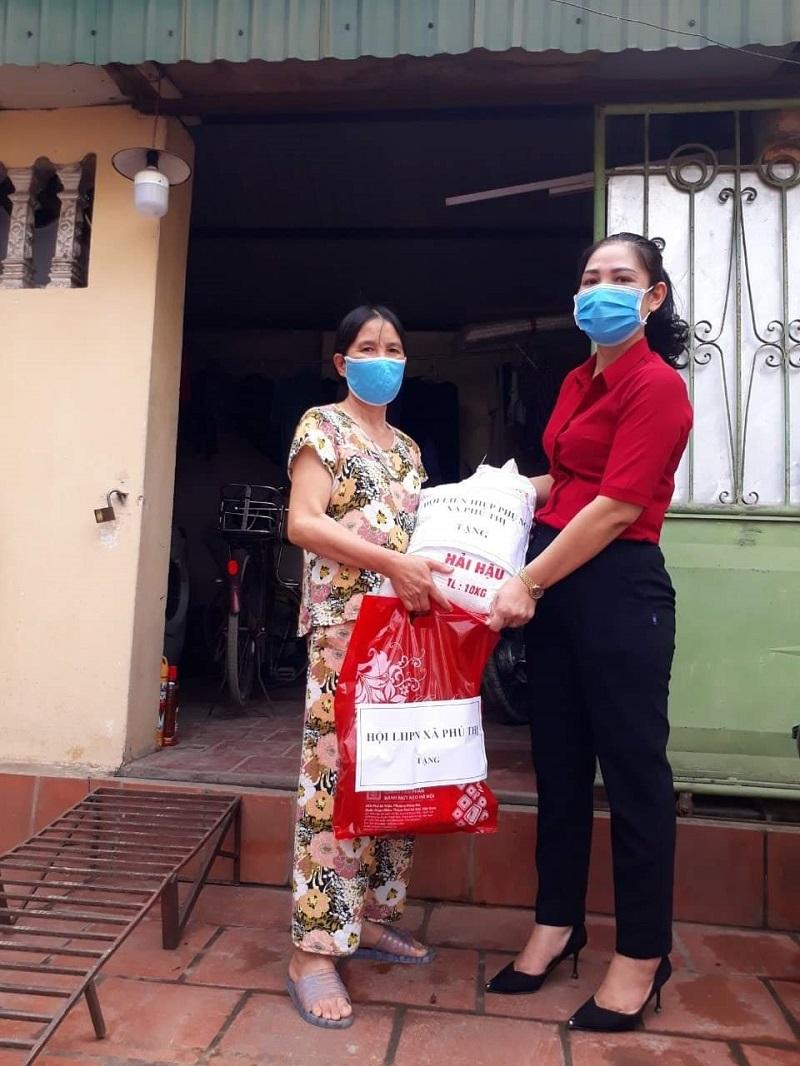 Hội LHPN xã Phú Thị  tặng quà cho gia đình  bị ảnh hưởng bởi dịch Covid- 19