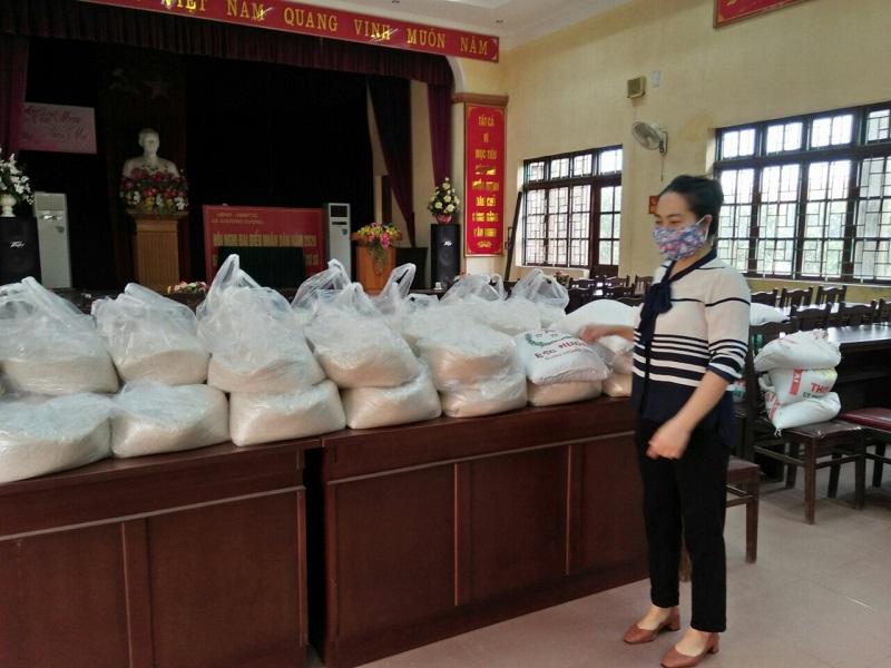 Chị em cán bộ hội viên và các nhà hảo tâm tham gia ủng hộ gạo giúp phụ nữ khó khăn, gia đình bị ảnh hưởng bởi dịch