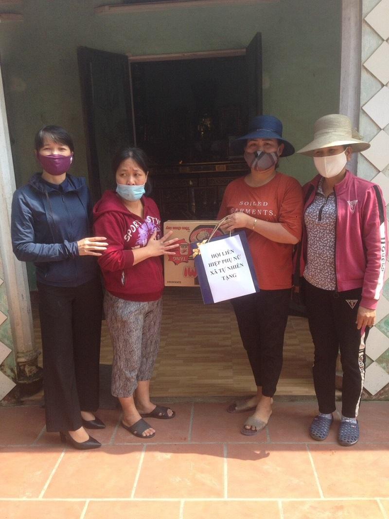 Các cấp Hội Phụ nữ tặng quà cho các gia đình khó khăn trên địa bàn huyện