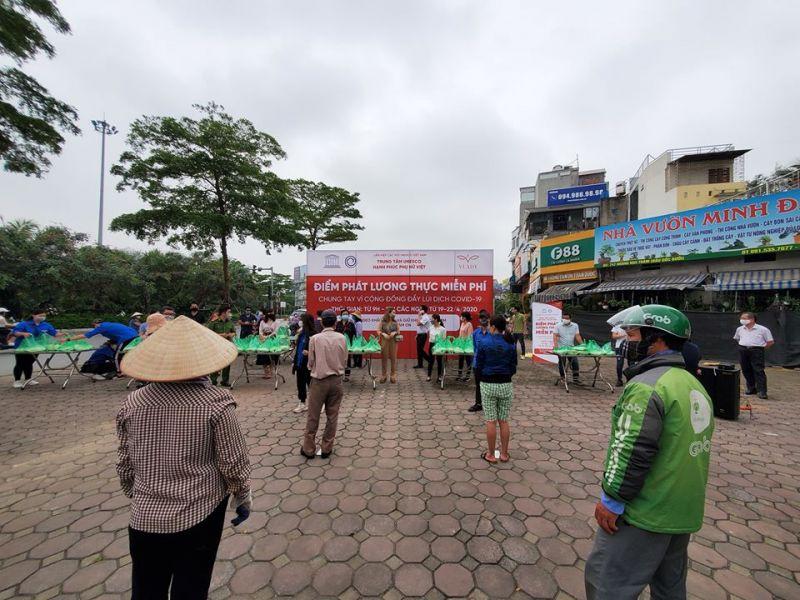 Ngay từ 8h sáng, người dân đã tới để được nhận quà hỗ trợ