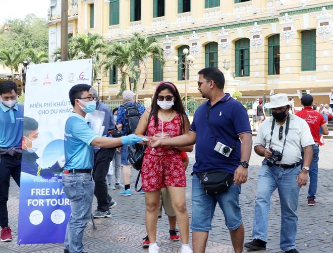 Ngành du lịch TPHCM tổ chức phát khẩu trang y tế miễn phí cho du khách tại nhiều địa điểm.