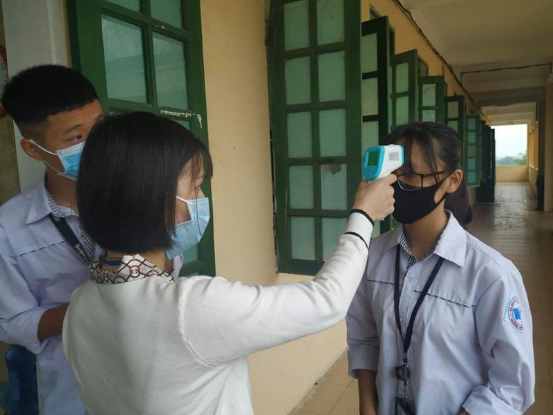Học sinh được đo thân nhiệt cẩn thận trước khi vào lớp học