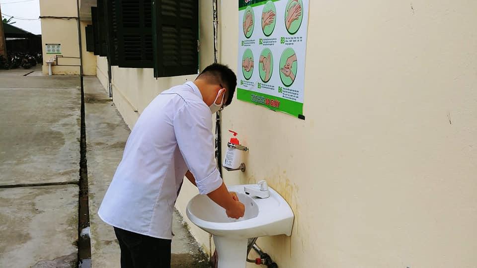 Rửa tay bằng xà phòng khử khuẩn là yêu cầu bắt buộc với các học sinh