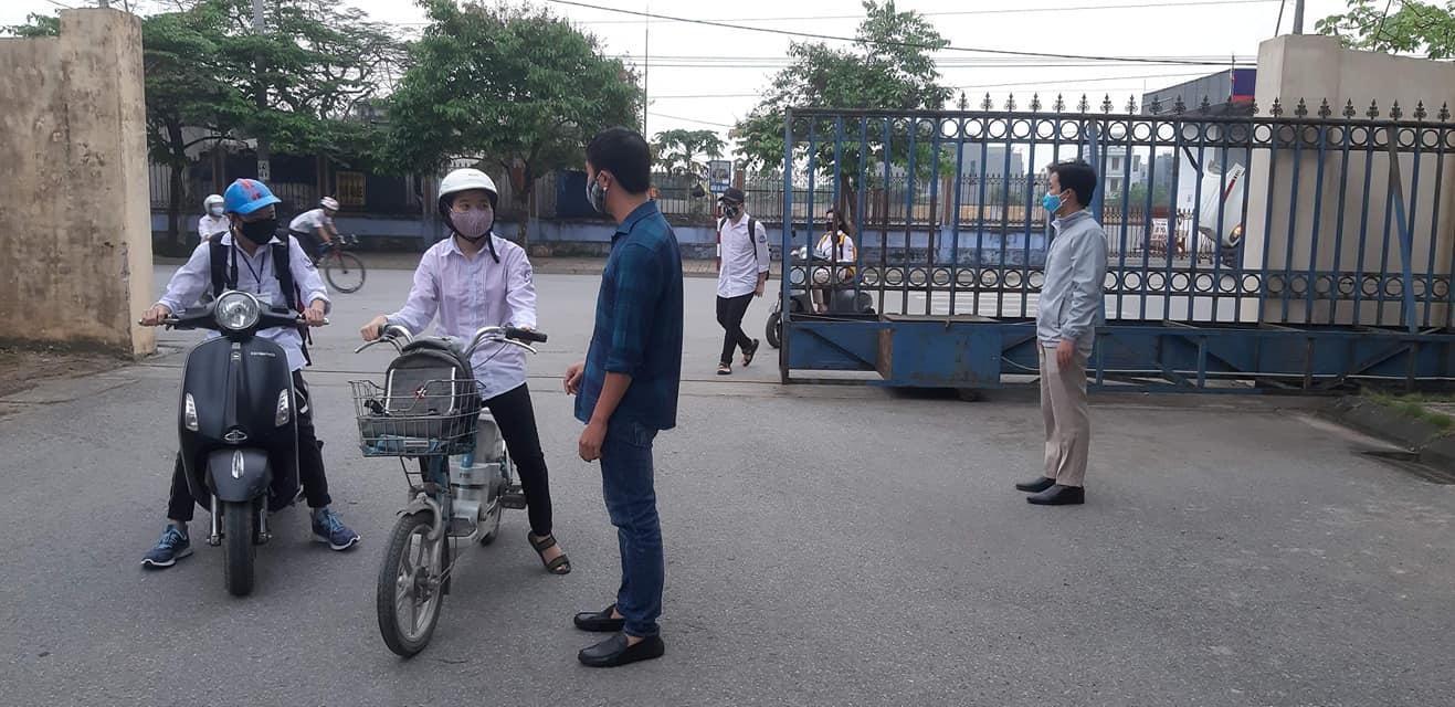 Học sinh đến trường  sau một thời gian dài nghỉ dịch covid 19