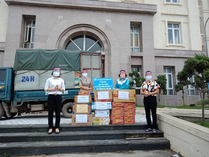 Hội LHPN huyện Ba Vì tặng quà ủng hộ cho người dân xã Hạ Lôi, huyện Mê Linh