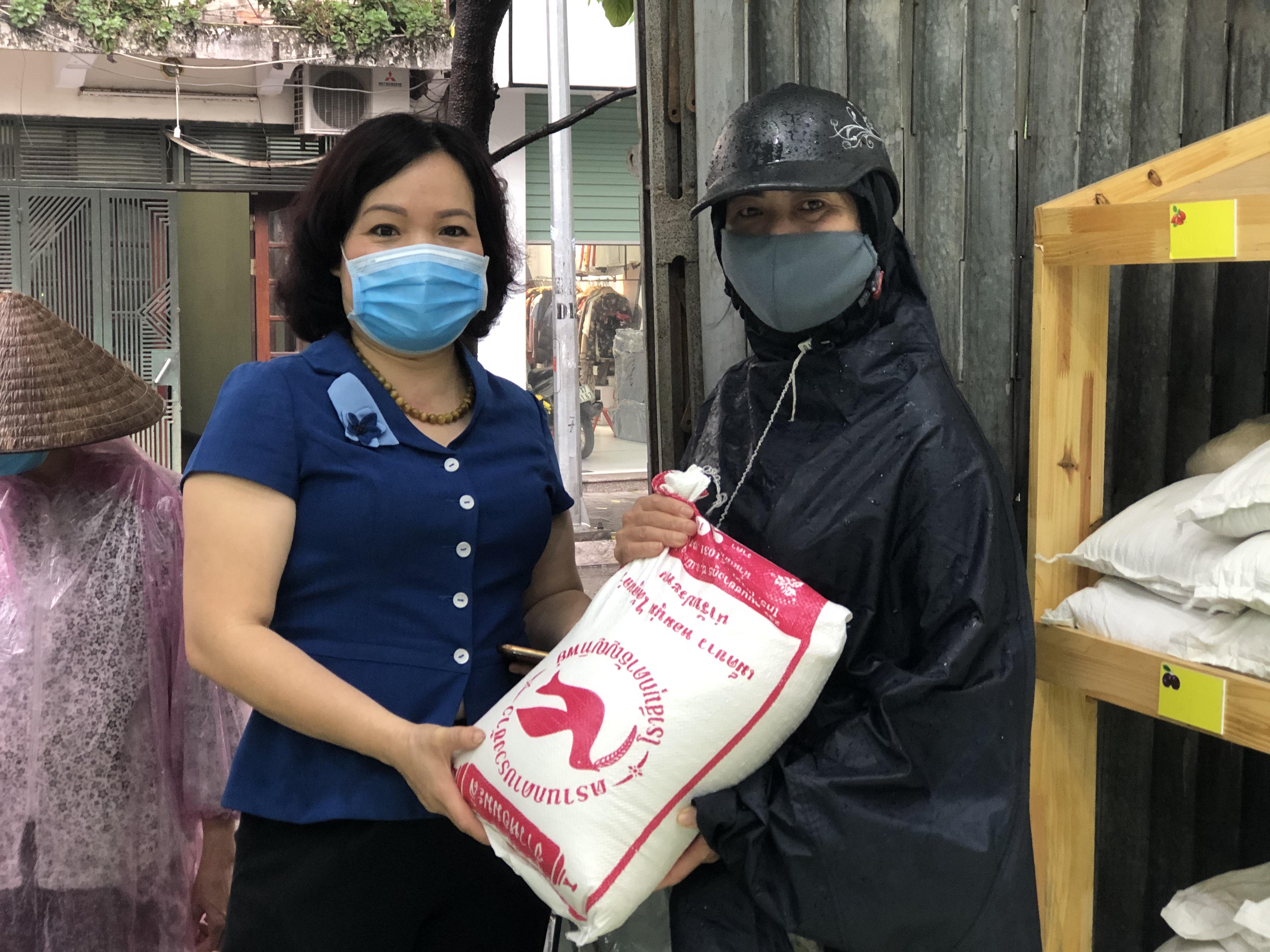 Chị Nguyễn Thị Hà (bên phải, trú tại phường Nguyễn Trãi, quận Hà Đông) quyên góp  50kg gạo cho chương trình