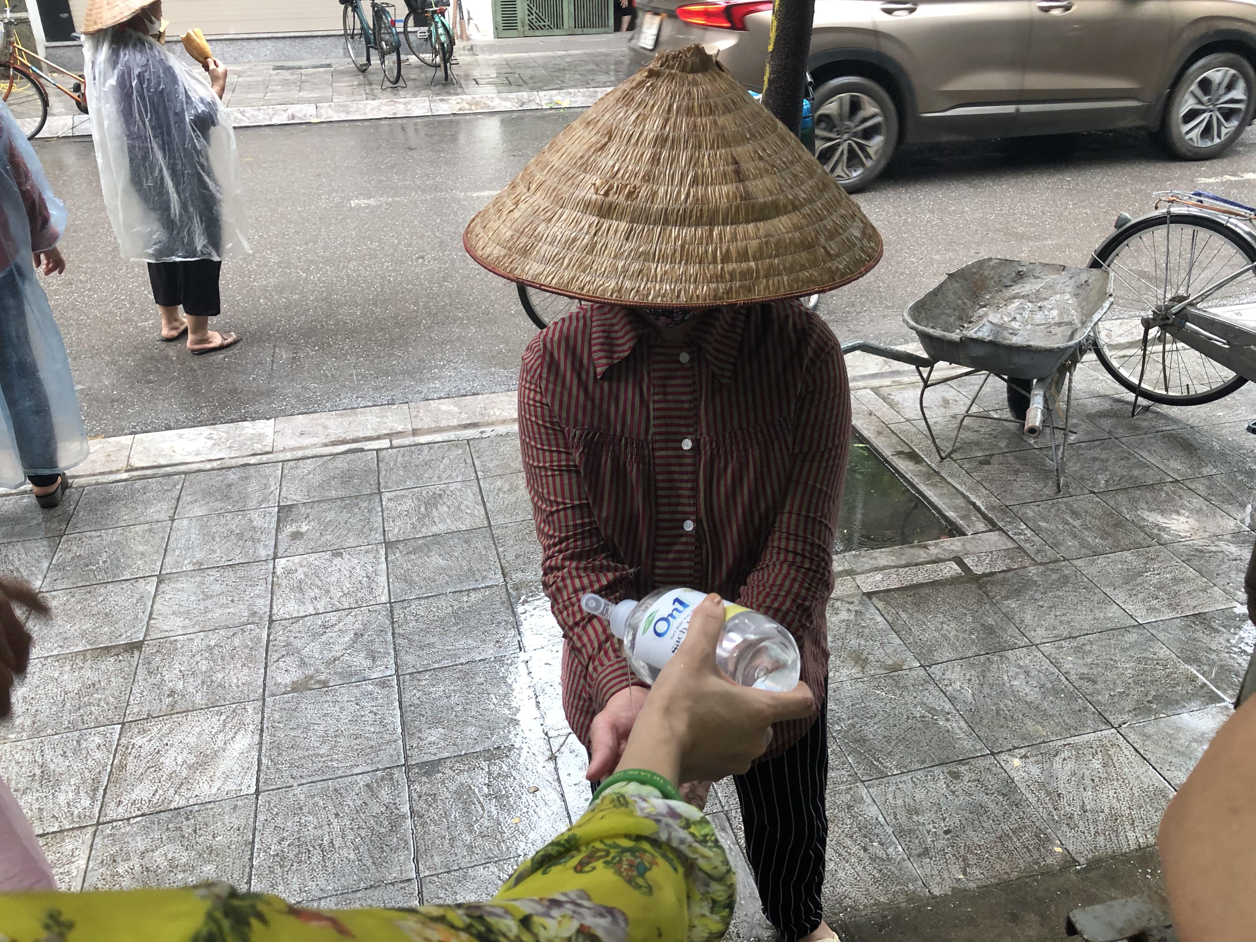 Người dân nhận quà từ Trung tâm hỗ trợ phát triển phụ nữ Hà Nội.