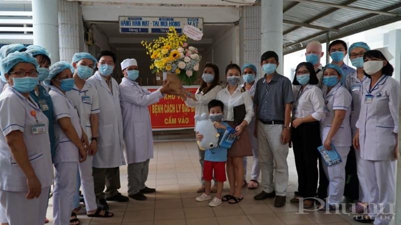 GIa đình bệnh nhi 252 tặng hoa, cảm ơn các y bác sĩ BV đa khoa Tây Ninh trong ngày bệnh nhi xuất viện.
