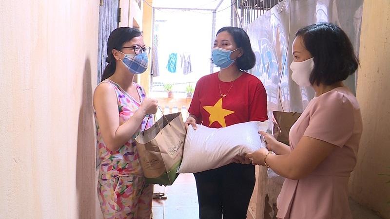 Hội Phụ nữ đã thăm hỏi tặng quà cho các gia đình bị ảnh hưởng bởi dịch bệnh