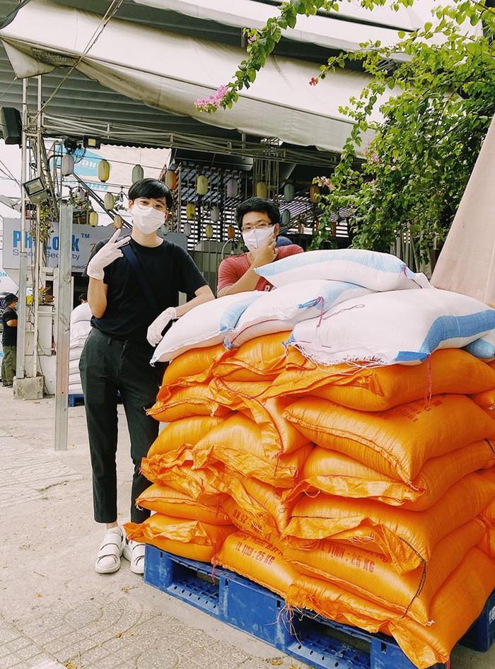 Niềm vui của họa sĩ (bên trái) với 1,2 tấn gạo ủng hộ người nghèo