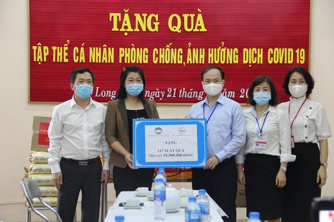 Ủy viên Ban Thường vụ Thành ủy, Chủ tịch Ủy ban Mặt trận Tổ quốc Việt Nam thành phố Hà Nội Nguyễn Lan Hương trao quà hỗ trợ cho Ban Chỉ đạo phòng, chống dịch Covid-19 quận Long Biên.