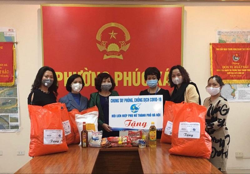 Đồng chí Lê Thị Thiên Hương - Phó Chủ tịch Hội LHPN Hà Nội trao quà cho đại diện Hội LHPN Quận Ba Đình.