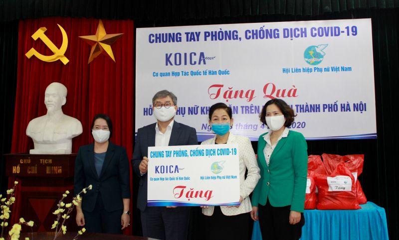 Hội LHPN Việt Nam phối hợp với Cơ quan Hợp tác Quốc tế Hàn Quốc KOICA tặng 743 suất quà hỗ trợ phụ nữ khó khăn tại Hà Nội.