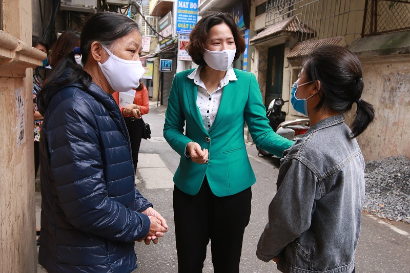 Đồng chí Lê Kim Anh- Chủ tịch Hội LHPN Hà Nội thăm hỏi, động viên chị em phụ nữ bị ảnh hưởng bởi dịch Covid-19 nỗ lực vượt khó ổn định cuộc sống