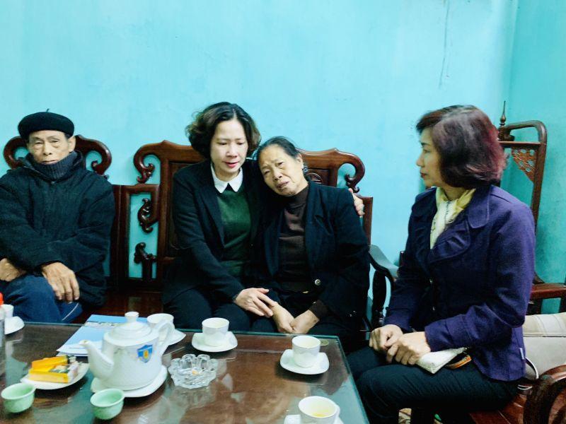 Chủ tịch Hội LHPN Hà Nội Lê Kim Anh cùng đoàn công tác của Hội LHPN Hà Nội thăm hỏi, động viên gia đình Liệt sỹ Nguyễn Huy Thịnh - Phó Trung đoàn trưởng Trung đoàn Cảnh sát Cơ động
