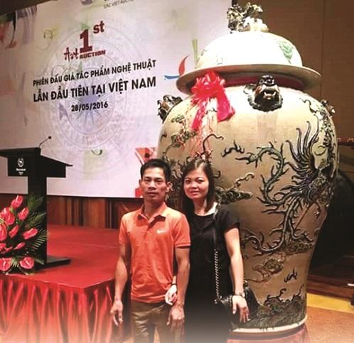 Nghệ nhân Trần Anh Đạo và vợ tại phiên đấu giá tác phẩm nghệ thuật lần đầu tiên tại Việt Nam.