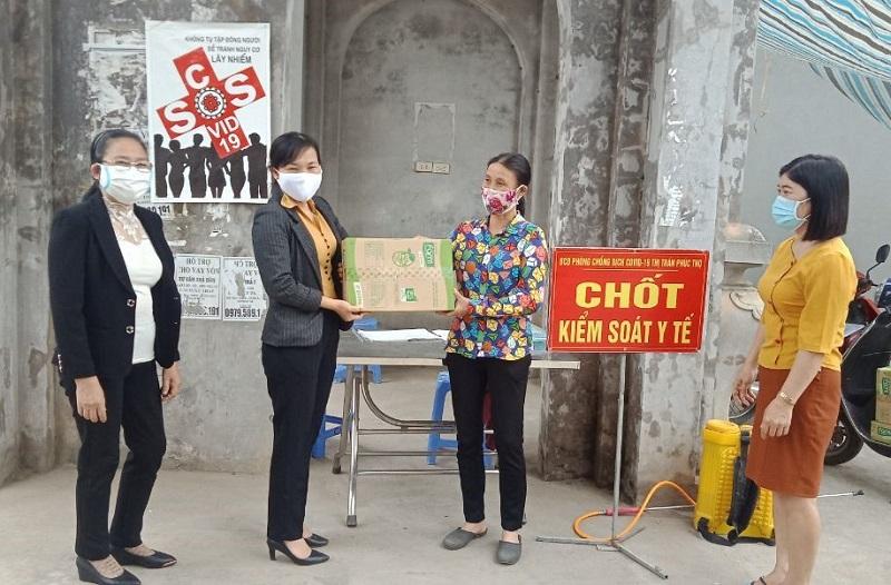 Hội LHPN Thị trấn Phúc Thọ tặng quà cho chốt kiểm soát y tế tại địa phương.