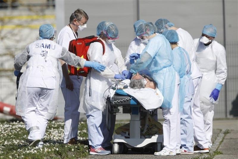 Bệnh nhân mắc Covid-19 được đưa ra khỏi bệnh viện ở Mulhouse, vùng Grand Est, Pháp, ngày 23/3.
