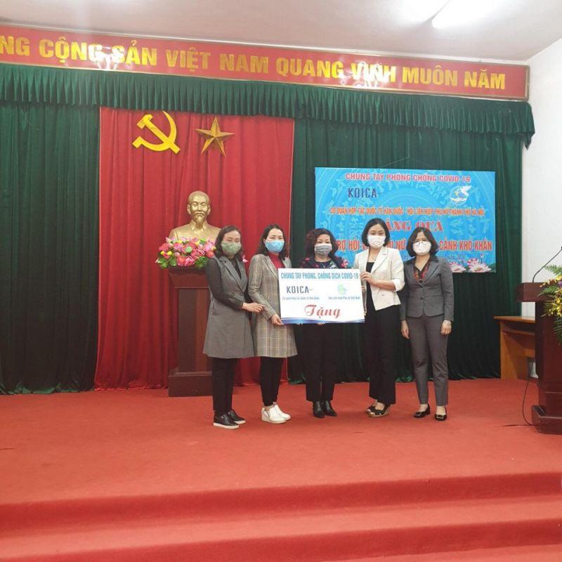 Phó Chủ tịch Hội LHPN Hà Nội Lê Thị Thiên Hương  trao tặng các phần quà hỗ trợ phụ nữ khó khăn cho Hội LHPN huyện Chương Mỹ