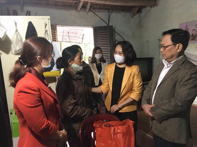 Phó Trưởng ban dân vận Thành ủy Nguyễn Kim Hoàng  và đoàn công tác của Hội LHPN Hà Nội thăm và tặng quà hội viên phụ nữ có hoàn cảnh khó khăn tại thị trấn Đại Nghĩa, huyện Mỹ Đức