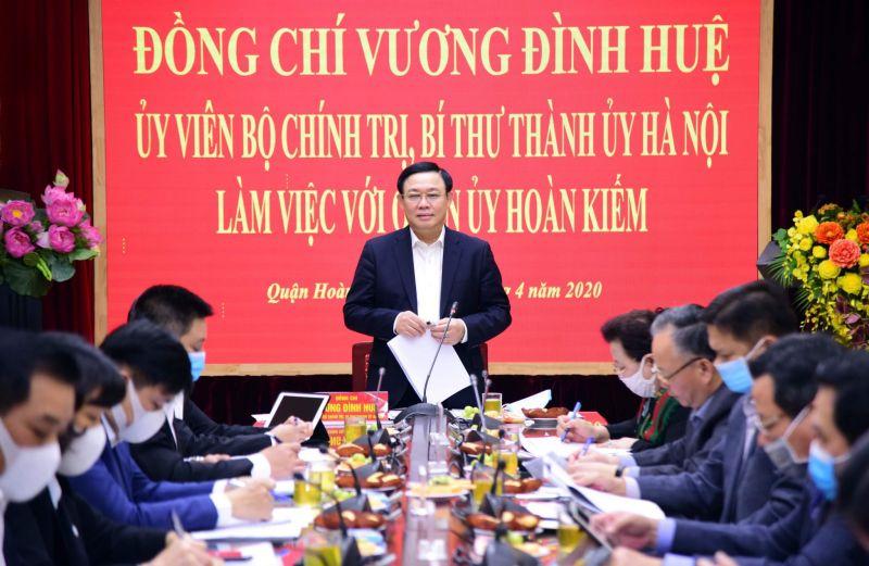 Bí thư Thành ủy Vương Đình Huệ phát biểu tại buổi làm việc tại Quận ủy Hoàn Kiếm. Ảnh: Thùy Linh